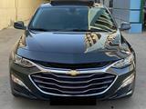 Chevrolet Malibu, 2 pozitsiya 2021 года за ~29 159 у.е. в Urganch